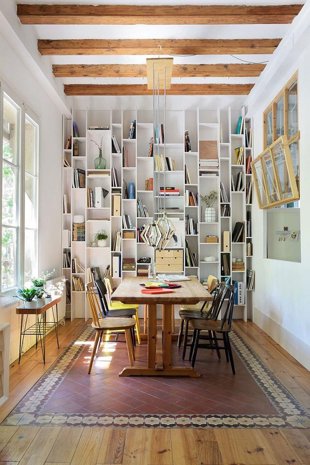 15. Bạn có thích phòng ăn kết hợp nơi để sách như này?