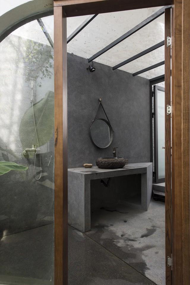 Nhà vệ sinh mộc mạc nhưng tiện nghi.