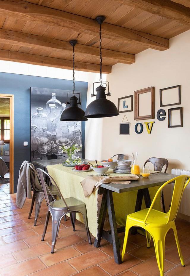 3. Bức tường trang trí trong phòng ăn với dạng chữ vô cùng yêu thương. Không gian ăn uống khá giản dị nhưng vẫn vô cùng ấm cúng.