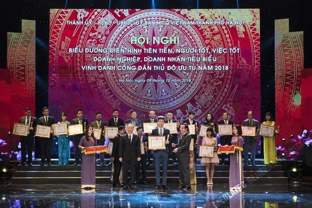 """Tổng Giám đốc Nguyễn Trí Anh (ở giữa) đại diện BVĐK MEDLATEC nhận Giải thưởng """"Cúp Thăng Long""""."""