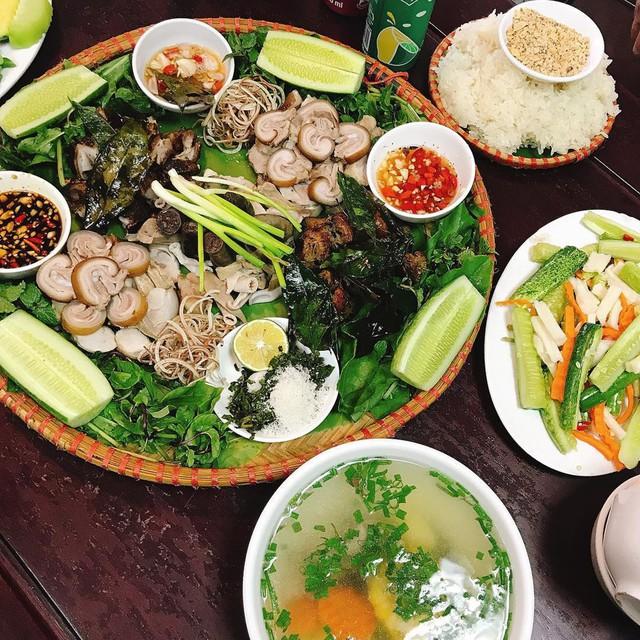 Lợn bản (lợn cắp nách): Dưới bàn tay khéo léo của đầu bếp miền Tây Bắc, thịt lợn bản được chế biến thành các món hấp, quay, nướng… Thớ thịt lợn dày, giòn ngọt, vị đậm đà nhưng không ngấy chút nào. Ở Sa Pa, nhiều nhà hàng phục vụ món lợn bản, nếu đi đông người, bạn có thể đặt làm nguyên một con nhỏ. Ảnh: @patuan89, @c.eunseok_.