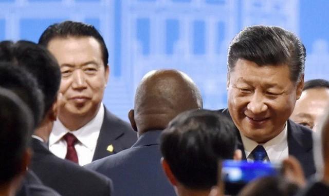 Lần hiếm hoi ông Meng Hongwei có cơ hội đứng bên cạnh Chủ tịch Trung Quốc Tập Cận Bình.