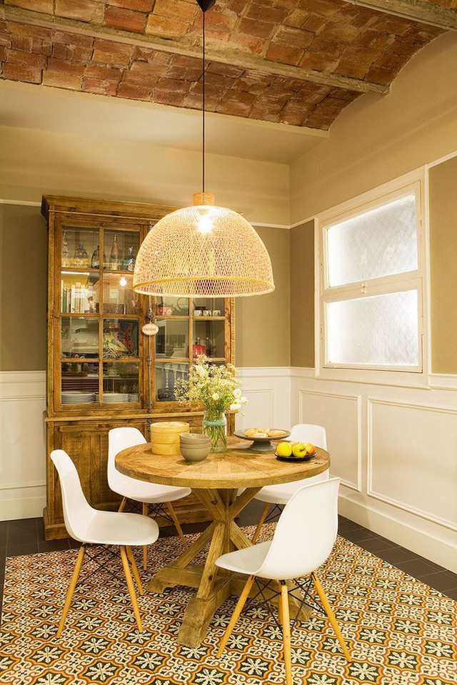 4. Bàn ăn tròn với những chiếc ghế vây quanh tạo không gian ấm cúng. Trong phòng ăn này còn khéo léo bài trí tủ sách rất hợp với nội thất bàn ghế.