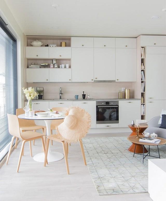 Phần kệ trắng đặt cạnh sofa không chỉ là nơi bày biện những cuốn sách, tài liệu, vật dụng trang trí mà còn tạo điểm nhấn dung dị, bình yên cho không gian sinh hoạt chung của gia đình.