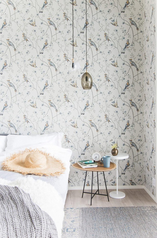 Phòng ngủ khác một chút với khu vực chức năng chính. Không gian nghỉ ngơi đẹp hiện đại và duyên dáng với cách chọn lựa giấy dán tường họa tiết thiên nhiên, chim chóc.