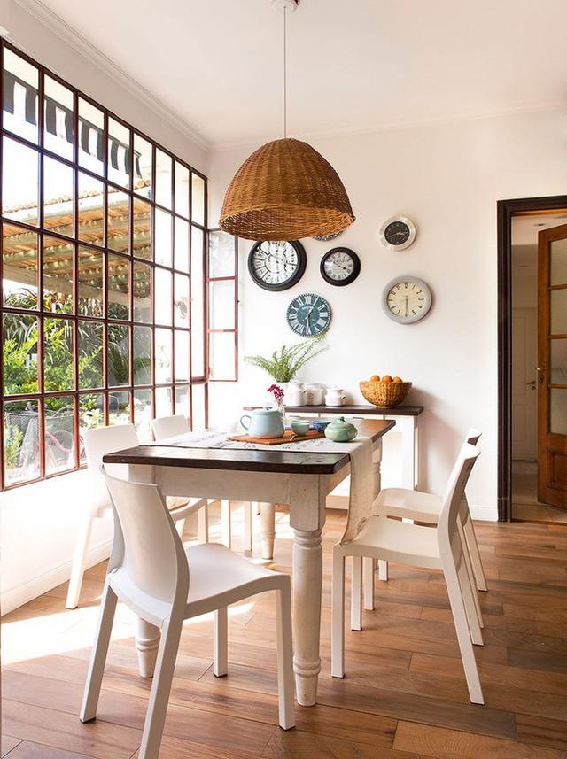 7. Bàn ăn kết hợp ghế màu trắng cùng tường trắng, đặc biệt trên tường có bài trí những chiếc đồng hồ xinh xắn khiến không gian muôn phần nổi bật.