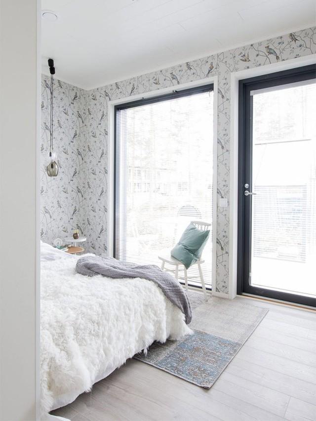 Không gian nghỉ ngơi cũng được bố trí thêm cửa để mở rộng tầm nhìn ra thiên nhiên bên ngoài, giúp ánh sáng luôn ngập tràn trong phòng.