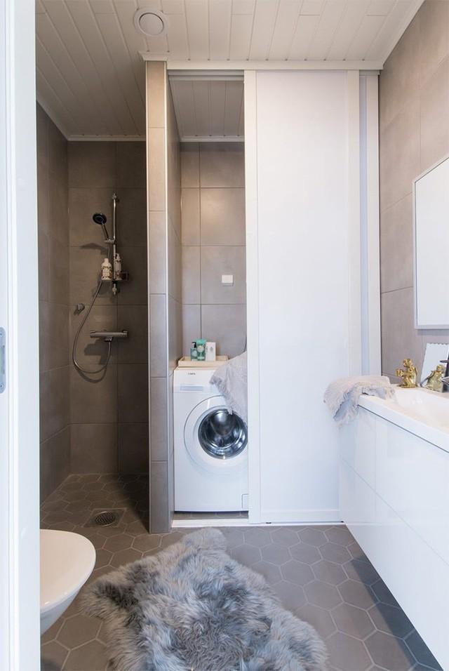 Khu vực phòng tắm được thiết kế linh hoạt với nhiều chức năng tiện ích như vòi tắm đứng, góc đặt máy giặt và khu vực chậu rửa.