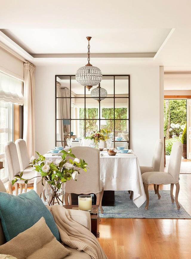 9. Một chiếc cửa sổ với những ô sọc sẽ khiến không gian ăn uống thêm thoáng đãng hơn hẳn.