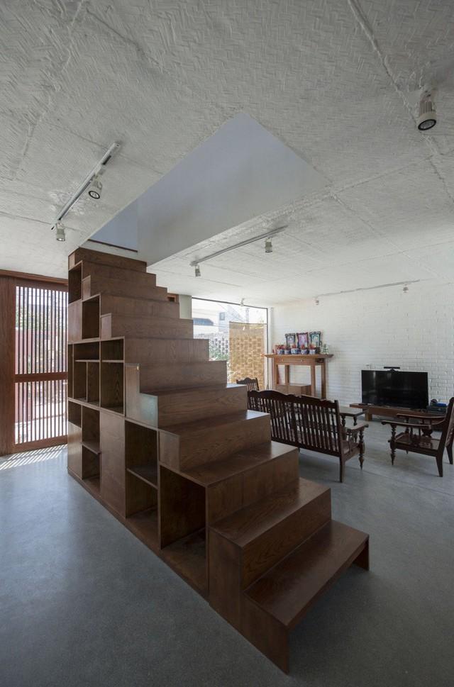 Hệ cầu thang này đóng vai trò ngăn cách giữa phòng khách và bếp - ăn.