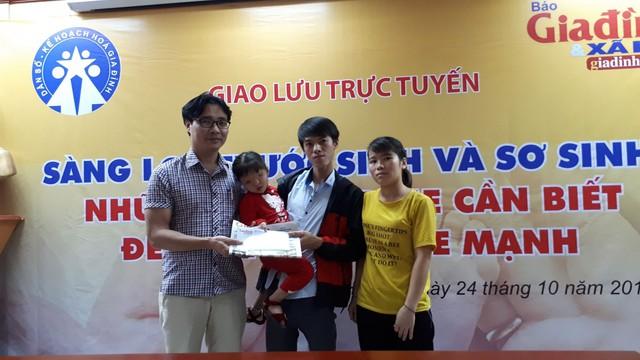 Ông Nguyễn Chí Long – Phó Tổng biên tập Báo Gia đình và Xã hội trao số tiền lần 2 cho gia đình bé Hân tại tòa soạn. Ảnh PT