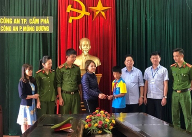 Chị Linh nhận lại tài sản của mình đánh rơi từ học sinh trường THCS Mông Dương. Ảnh: H.Tân