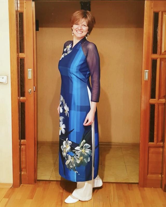 Con gái bà Elena Zubtsova diện áo dài của mẹ
