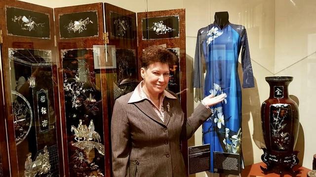 Bà Elena Zubtsova bên cạnh chiếc áo dài do Minh Hạnh thiết kế