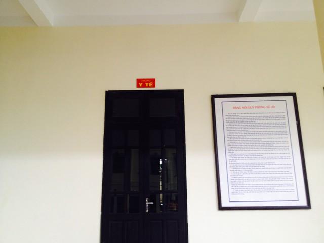 Phòng y tế ở ngay cánh trái hội trường xét xử, tiện lợi cho việc xử lý các tình huống y tế nếu có. (ảnh: HC, chụp chiều 11/11)