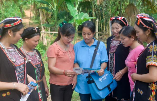 Các MS Ladies cung cấp các sản phẩm KHHGĐ cho phụ nữ dân tộc tại Yên Bái.