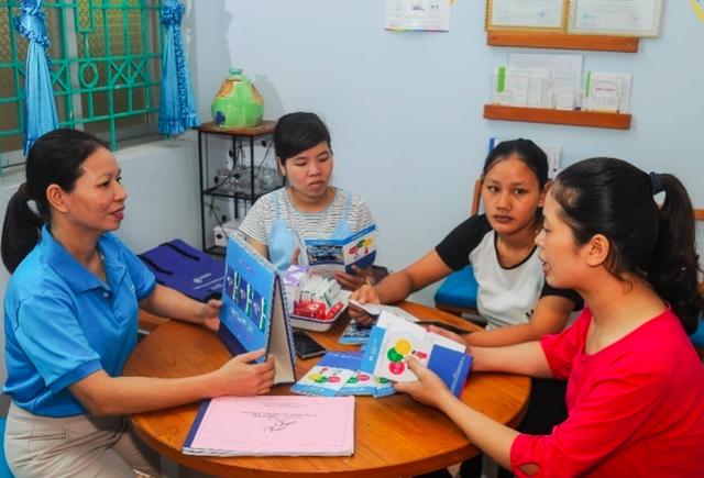 MS Lady thảo luận về các biện pháp KHHGĐ khác nhau cho một nhóm phụ nữ tại Thái Nguyên