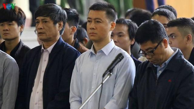 Bị cáo Nguyễn Văn Dương, đeo kính, cúi đầu trong phiên xử. Ảnh: VOV