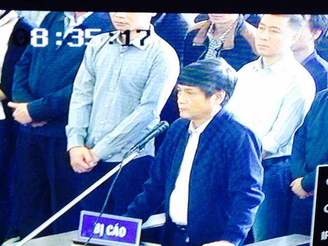 Bị cáo Nguyễn Thanh Hóa trả lời HĐXX rành rẽ về nghề nghiệp trước khi bị bắt. Ảnh: HC