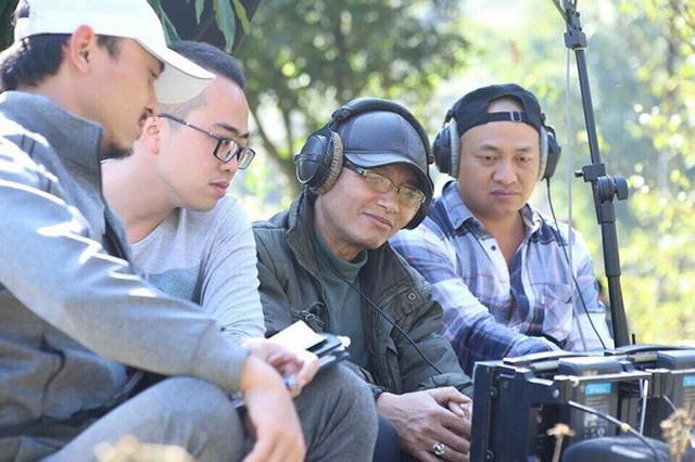 Đạo diễn Mai Hồng Phong (thứ ba từ trái qua) trên phim trường Quỳnh Búp Bê.