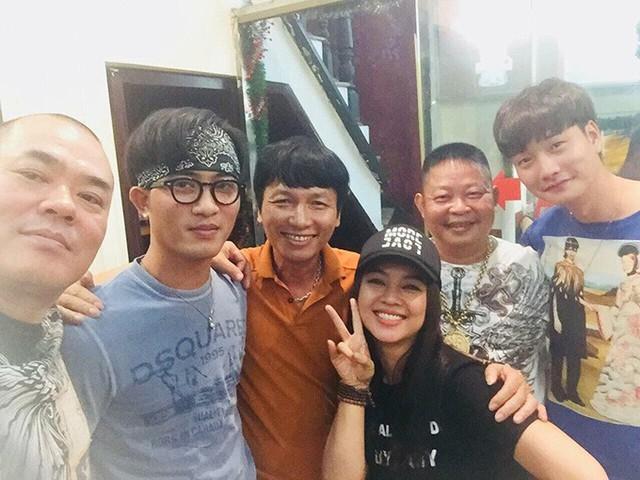 Đạo diễn chụp ảnh kỷ niệm cùng các diễn viên trong đoàn phim như Doãn Quốc Đam, Trọng Lân, Xuân Hảo...