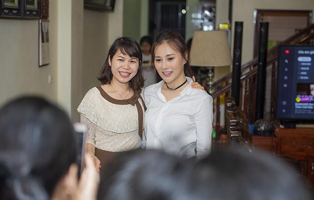 Nữ diễn viên chiều lòng mọi lời đề nghị chụp ảnh chung của người hâm mộ.