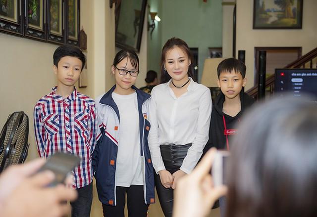 Trong hơn một ngày ở Phủ Lý, Phương Oanh đi đến đâu cũng được nhiều người vây kín, xin chụp ảnh cùng và thể hiện sự hâm mộ cuồng nhiệt.