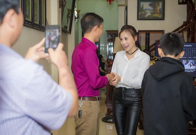 Nhiều người trong tổ dân phố cũng đến giúp gia đình cô xếp dọn đồ đạc, kê bàn ghế để đón khách vào buổi tối.