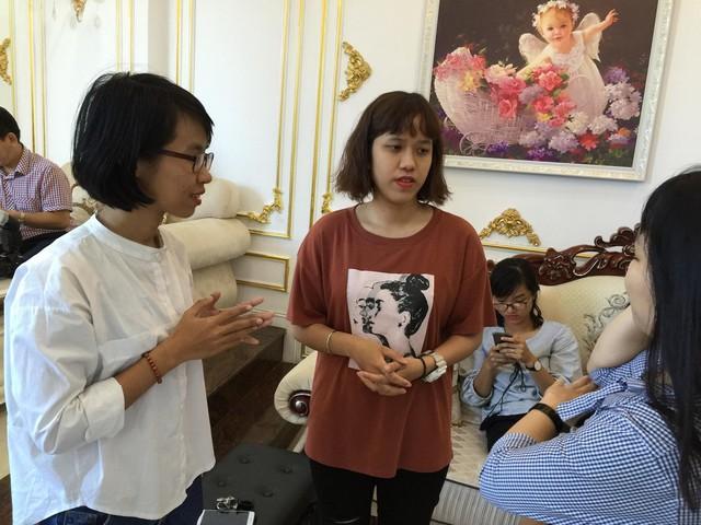 Nguyễn Ly Ly (áo trắng) trao đổi cùng Hà My thông qua phiên dịch viên.