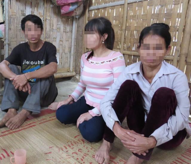Nạn nhân L.T.M (ngồi giữa) cùng bố mẹ kể lại 7 năm lưu lạc bên xứ người.     ẢNH: V.ĐỒNG