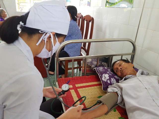 Khám cho bệnh nhân tại Trạm Y tế xã Xuân Hồng, huyện Xuân Trường, Nam Định. Ảnh: TL