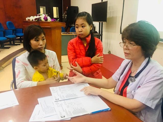PGS.TS Trương Thanh Hương tư vấn, khám cho một cặp chị em bị bệnh FH