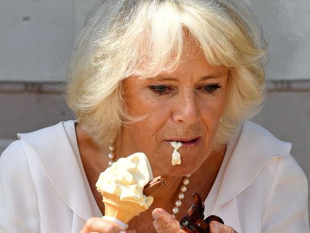 Bà Camilla luống cuống khi thưởng thức một cây kem trong chuyến thăm tới The Isle of Wight, hòn đảo ở bờ biển phía nam nước Anh, hồi tháng 7. Ảnh: Sky News.
