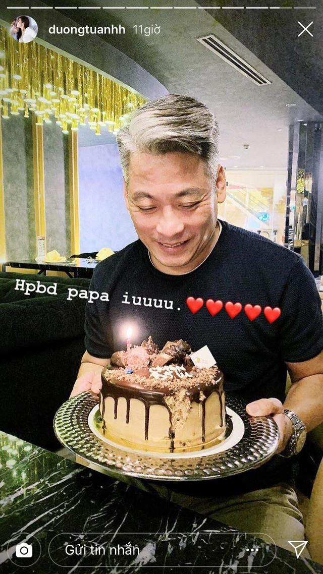 Bố ruột Á hậu Tú Anh trong bữa tiệc sinh nhật nhỏ.