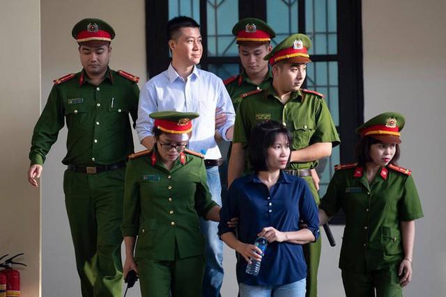 Phan Sào Nam (áo trắng) và Đoàn Thị Thu Hà tại phiên tòa sáng 13/11 (Ảnh: Tuấn Mark)