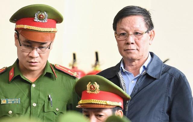 Bị cáo Phan Văn Vĩnh được dẫn giải đến phiên xử.
