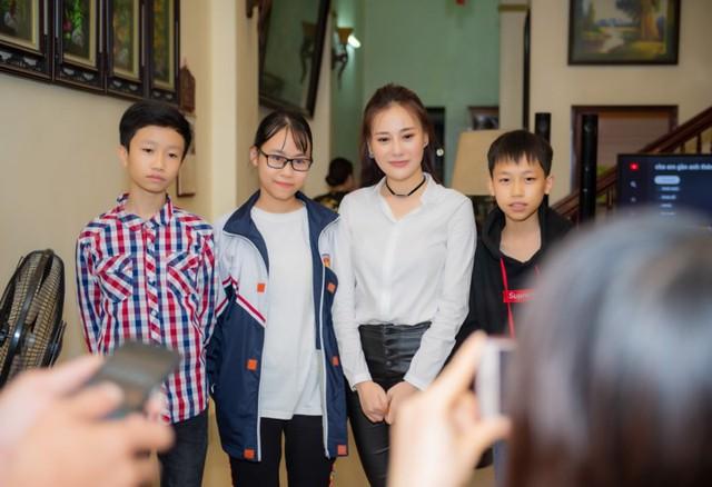 Diễn viên Phương Oanh - nữ chính Quỳnh búp bê có buổi họp fan khi về thăm nhà