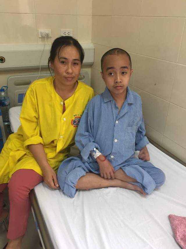 Mẹ con chị Thủy trước ca phẫu thuật lần thứ 5. Ảnh BV
