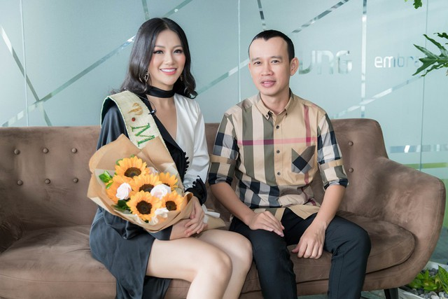 Phuc Nguyen traveled with Miss Phuong Khanh in Miss Earth in 2020.