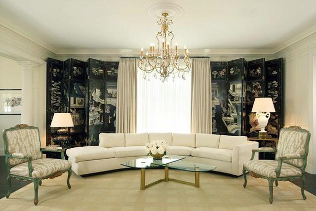Bộ ghế sofa cong trở thành tâm điểm chú ý bên trong căn phòng khách gia đình với lối thiết kế tối giản.