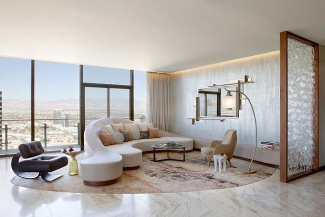 Thiết kế đặc biệt nên chỉ với một bộ ghế sofa và chiếc bàn trà nhỏ là bạn đã có một góc tiếp khách, nghỉ ngơi hoàn hảo như thế này rồi.