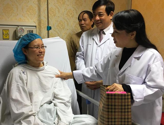 BS Hạnh cười tươi, lạc quan trò chuyện với Bộ trưởng Nguyễn Thị Kim Tiến trong đêm giao thừa Tết 2018