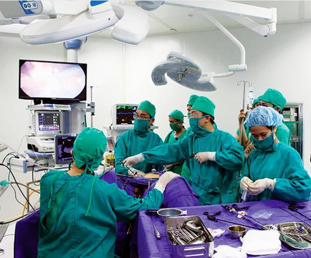 Một ca mổ nội soi tại Bệnh viện Sản nhi Quảng Ninh – là vệ tinh của nhiều bệnh viện hạt nhân như: Phụ sản Trung ương, Nhi Trung ương… Ảnh: PV