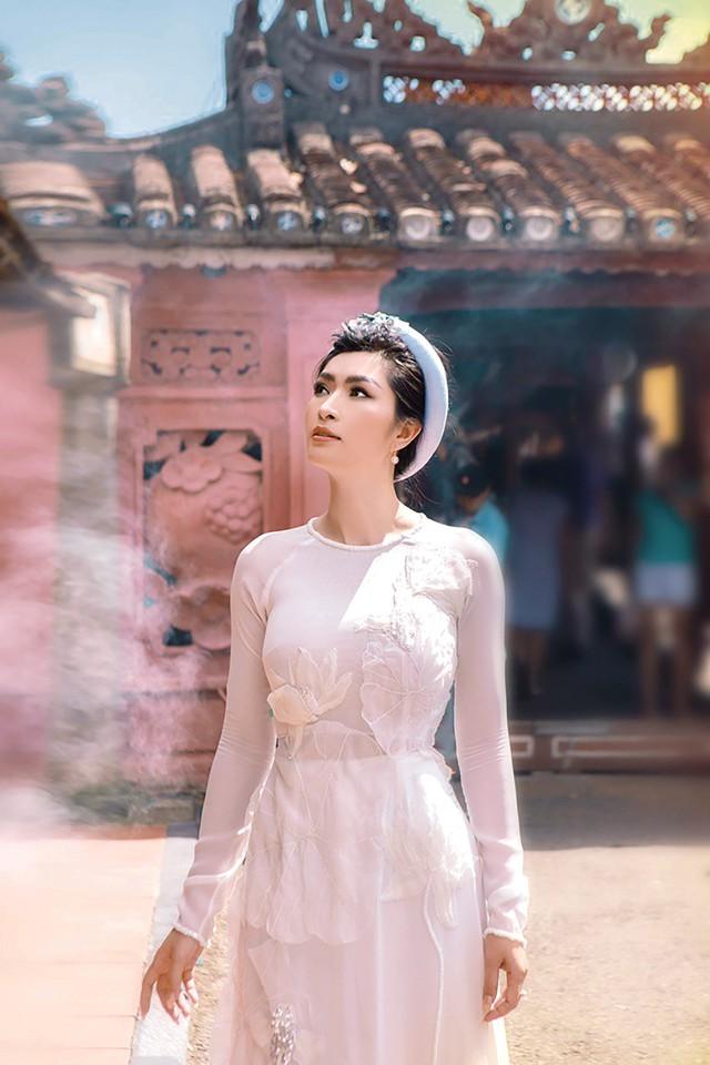 Ca sĩ Nguyễn Hồng Nhung vừa về Việt Nam chụp bộ hình mới tại Hội An. Ảnh: T.L