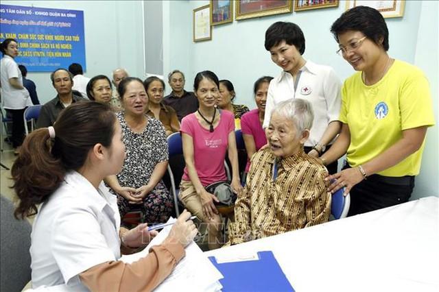 Khám sức khỏe và cấp thuốc miễn phí cho NCT thuộc gia đình chính sách tại Hà Nội. Ảnh: Dương Ngọc