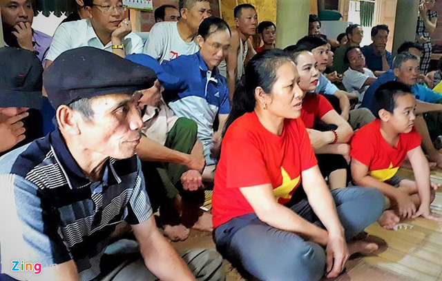 The goalkeeper of the Bui Tien Dung family, in his hometown, applauds animation for Vietnam in August. Photo: Nguyen Duong.