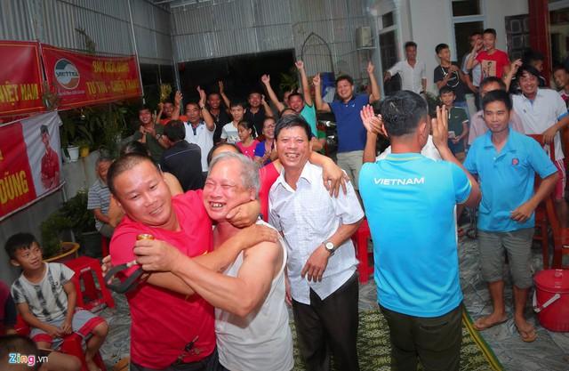 Niềm vui khi tuyển Việt Nam chiến thắng tại nhà trung vệ Bùi Tiến Dũng tại Asiad 2018. Ảnh: Phạm Trường.