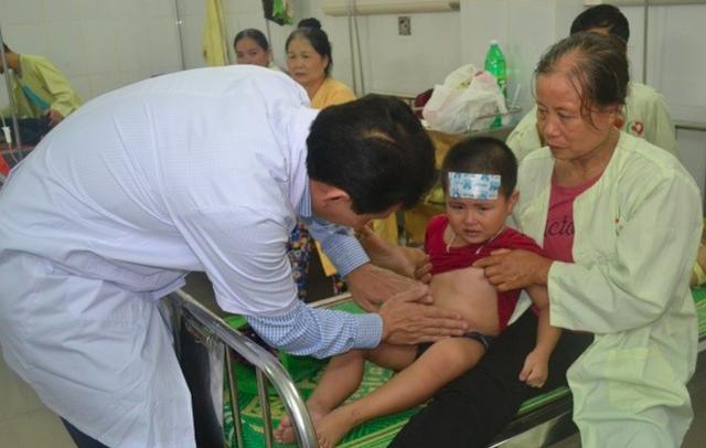 Một cháu bé trường Mầm non Xuân Nộn được kiểm tra sức khoẻ.
