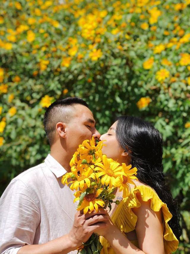MC Nguyễn Hoàng Linh và hôn phu cũng thường xuyên chia sẻ chuyện tình cảm trên mạng xã hội.