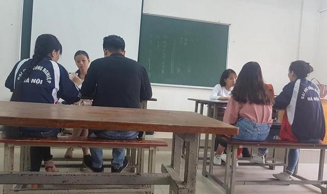 Trong phòng thi dành cho sinh viên đã nộp tiền chống trượt (học ôn). Ảnh: Báo Lao động